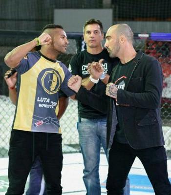 Fábio Prata entre os lutadores Wesley Whea e Wkayron Capoeira, que se desafiaram ainda no octógono (Foto: Divulgação/Spartacus/HCC)