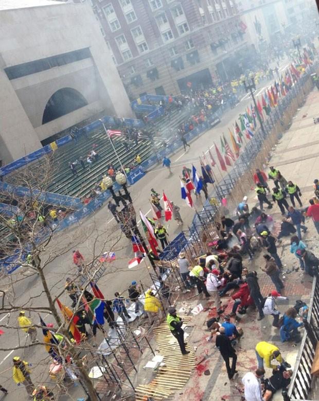 Foto mostra pessoas feridas após explosões na Maratona de Boston (Foto: Reprodução/Twitter/ Tyler Wakstein)