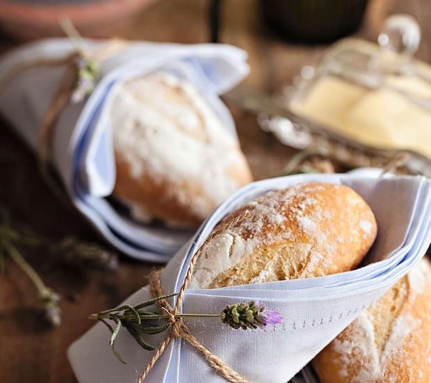 Até o pãozinho entra no clima da primavera! Embrulhado no guardanapo com um ramo de lavando amarrado, o enfeite traz um clima de simplicidade e delicadeza. Um mimo! (Foto: Elisa Correa/Editora Globo)
