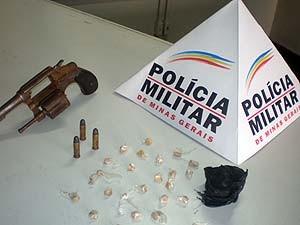 Drogas foram encontradas em mata  (Foto: Polícia Militar/Divulgação)