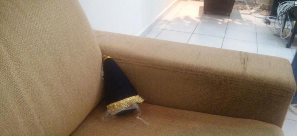 Santa foi colocada num sofá, de costas para a mesa da presidência (Foto: Cisco Nobre / GloboEsporte.com)