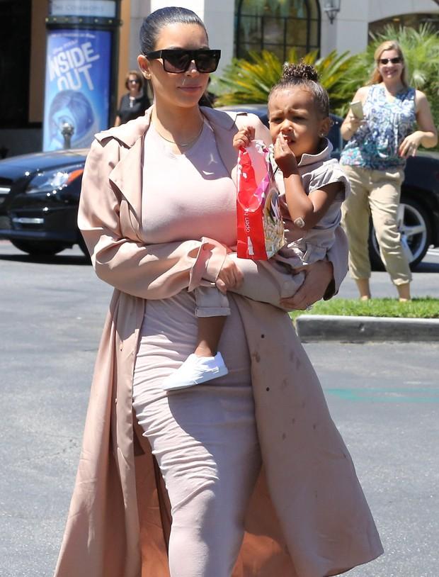 X17 - Kim Kardashian e a filha, North West, em Los Angeles, nos Estados Unidos (Foto: X17online/ Agência)