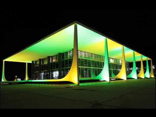 Prédio do Supremo Tribunal Federal (STF) iluminado nas cores verde e amarelo (Foto: il Ferreira/Agência CNJ)