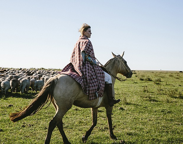 Gabriela herding sheep at her ranch in Uruguay (Foto: GABRIELA HEARST)