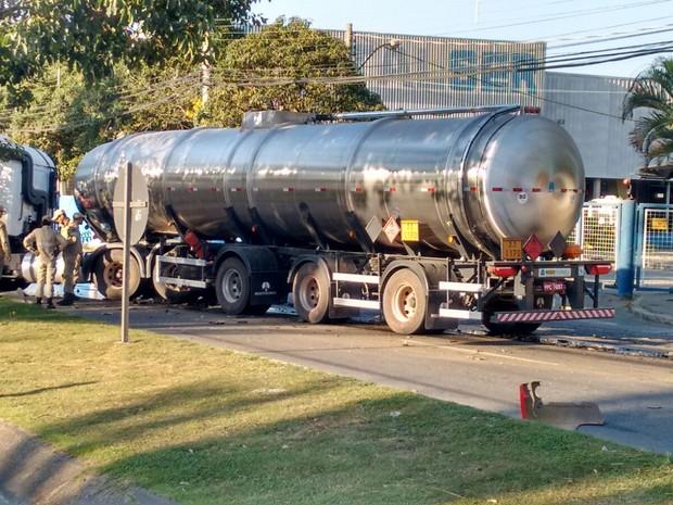 Caminhão tanque e ônibus do Transcol batem na BR-101, Espírito Santo (Foto: VC no ESTV)
