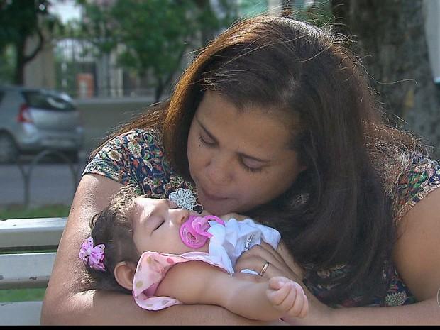 A dona de casa Kely Romão adotou Maria Vitória, bebê de 7 meses que nasceu com microcefalia (Foto: Reprodução/TV Globo)