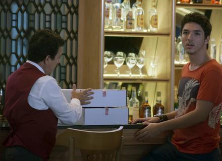 Tom conta a Zac sobre aproximação entre Tiago e Yasmin