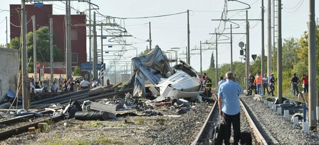 Destroços no local do choque entre trem e caminhão nesta segunda-feira (24) na Itália (Foto: Vito Zizzi/AFP)
