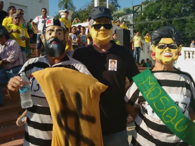 Manifestantes utilizaram máscaras de Lula, Dilma e do Japonês da Federal durante protesto (Foto: Quésia Melo/G1)