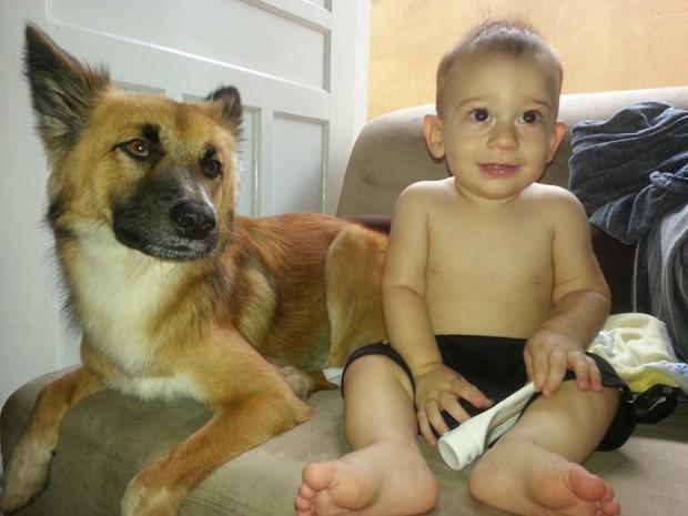 Douglas acompanhado por um dos animais de estimação da casa (Foto: Arquivo pessoal)