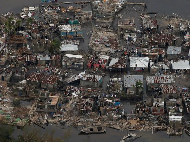 Foto aérea mostra casas destruídas em uma vila após a passagem do furacão Matthew por Corali, no Haiti. Número de mortos no país passa de 840  (Foto: Carlos Garcia Rawlins/Reuters)