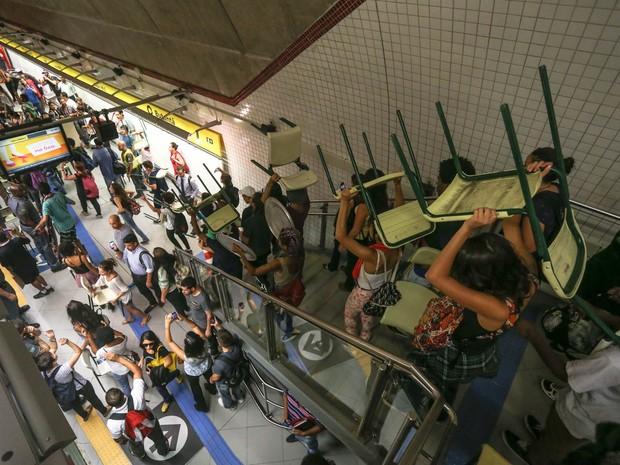 Estudantes contrários à reorganização escolar do governo do estado de São Paulo fazem 'catracaço' no Metrô Butantã, em São Paulo (Foto: Leonardo Benassatto/Futura Press/Estadão Conteúdo)