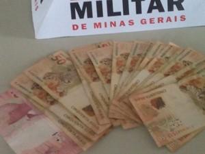 Dinheiro foi recuperado pela polícia  (Foto: Polícia Militar/Divulgação)