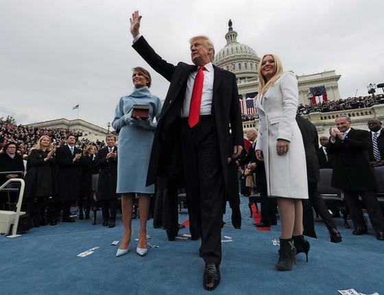 Trump,ao lado da primeira-dama Melania (á esquerda) e da filha Tiffany,saúda apoiadores.Um discurso de posse que parecia de campanha (Foto:  Jim Bourg / Reuters)