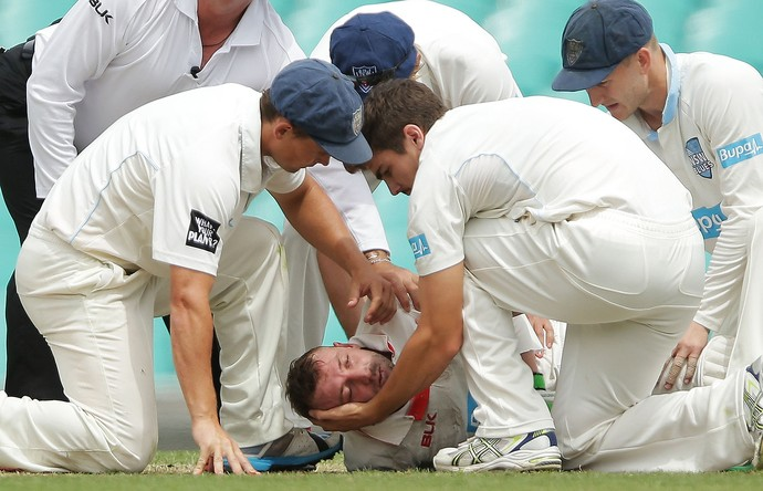 Phil Hughes, leva bolada no rosto críquete (Foto: Mark Metcalfe / Getty Images)
