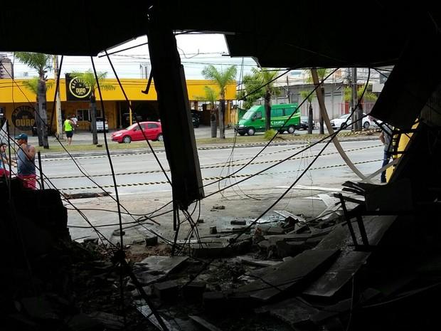 Acidente com caminhão aconteceu na Avenida Mascarenhas de Morais, na Zona Sul do Recife, e deixou loja destruída (Foto: Marlon Costa/Pernambuco Press)