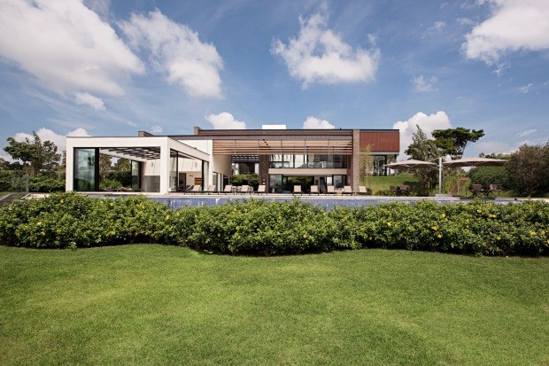 O projeto de arquitetura assinado por Roberto de Pietro, da DePietro Arquitetura, privilegia os panos de vidro, o que facilita a integração com o verde (Foto: Gui Morelli / Divulgação)
