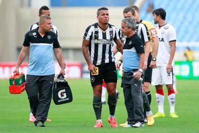 Thiago Carleto, lesão, Botafogo x Vitória (Foto: Roberto Filho / Ag. Estado)