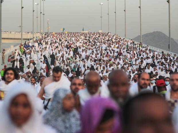 Milhares de peregrinos seguem durante o último ritual do hajj, em Mina, do lado de fora de Meca, nesta quinta-feira (24), antes de uma confusão que matou centenas de pessoas no local (Foto: Mosa'ab Elshamy/AP)