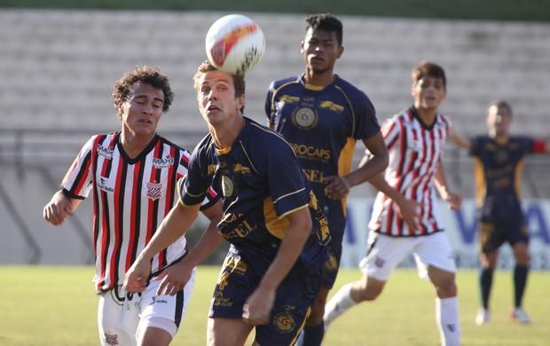 São Bento teve dificuldade para manter a bola no chão, o que dificultou as jogadas da equipe por causa do vento forte (Foto: Gilson Hanashiro/Ag. Bom Dia)