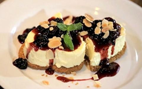 Cheesecake tradicional com calda de amoras