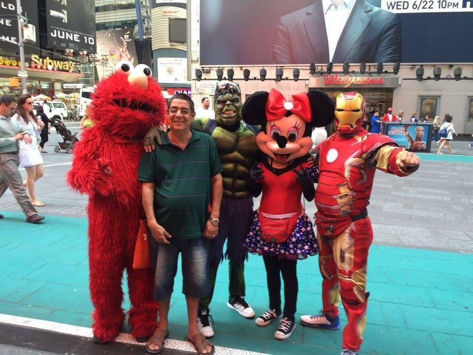 Zeca Pagodinho aproveitou para passear por Nova York e posou com mascotes pela rua (Foto: Reproduo/Facebook)