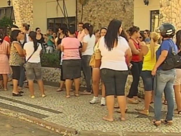 Cerca de 50 professores que prestaram a prova protestaram em frente ao departamento  (Foto: reprodução/TV Tem)