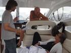 Marcos Caruso e Marcello Novaes contracenam em lancha no Rio