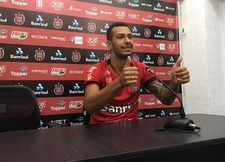 João Afonso é apresentado no Brasil de Pelotas  (Foto: Bruno Halpern)