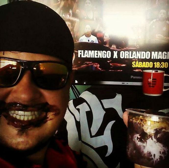 Torcedor do Flamengo envia foto para Meyinsse com bigode de açaí (Foto: Reprodução/Instagram)