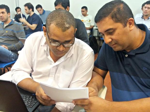 O deficiente visual Hisaac Alves de Oliveira recebe a ajuda de um monitor  (Foto: Iryá Rodrigues/G1)