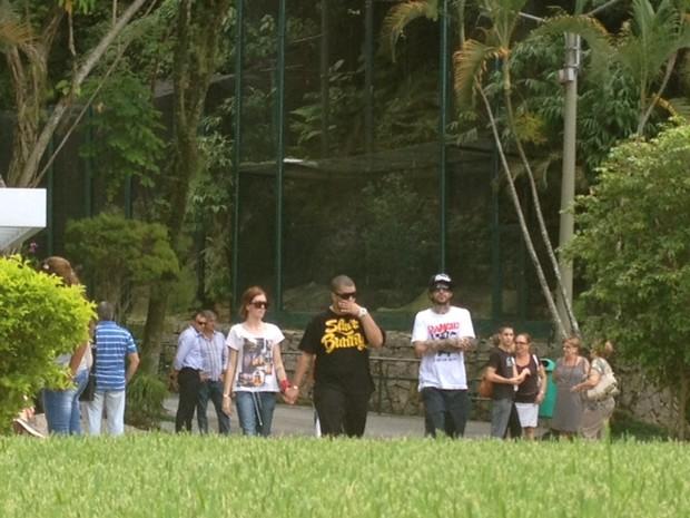 Amigos e familiares deixando o cemitério (Foto: Bárbara Vieira / EGO)
