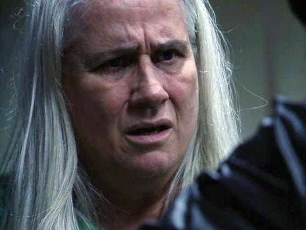 Nina (Débora Falabella) revela a Lucinda (Vera Holtz) que Santiago (Juca de Oliveira) é o verdadeiro assassino da ex-mulher. Qual será o tamanho da decepção da catadora com quem achava ser seu grande amor? Não perca as emoções da reta final de Avenida Bra (Foto: Avenida Brasil / TV Globo)