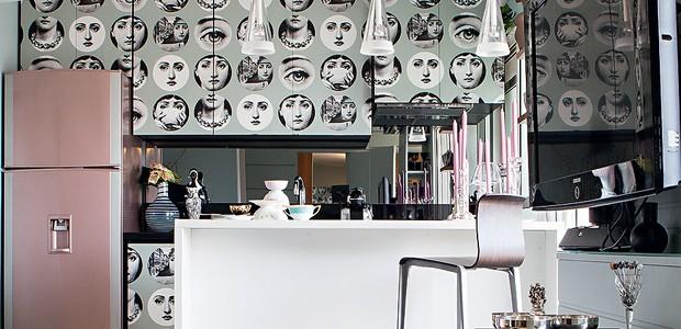 Se você quase não usa a cozinha, como a interior stylist Melany Kuperman, não importa que ela seja minúscula. Aproveite para usar elementos raramente vistos no ambiente, como papel de parede. A geladeira pintada de rosa completa a decoração (Foto: Lufe Gomes/Casa e Jardim)