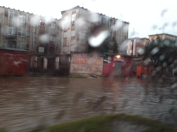 Ruas ficaram alagadas na Região Metropolitana de Porto Alegre (Foto: Roberta Salinet/RBS TV)