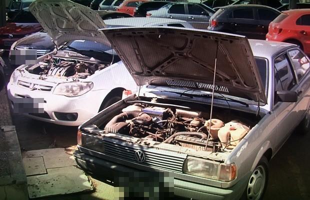Polícia apreendeu carros roubados e adulterados com suspeitos, em Goiás (Foto: Reprodução/TV Anhanguera)