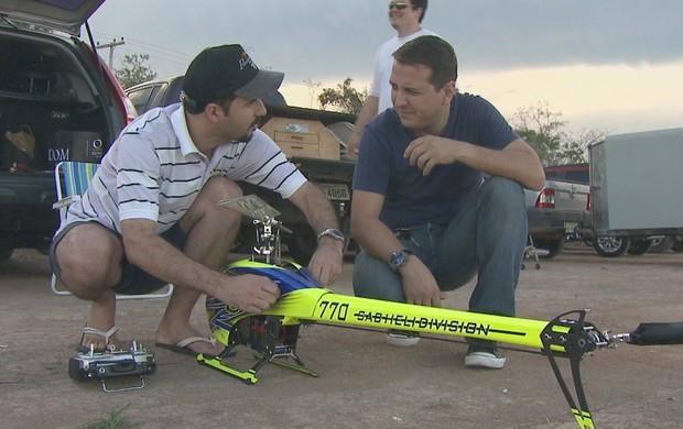 Daniel Poças, empresário, que é apaixonado por miniatura de helicóptero (Foto: Reprodução/TV Acre)