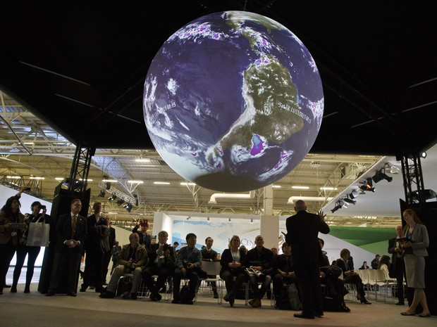 Participantes da COP 21 assistem a painel sobre ciência em Paris (Foto: AP Photo/Michel Euler)