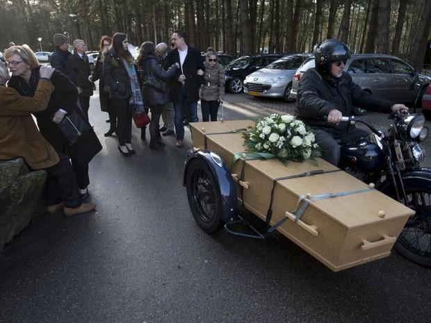 Morto aos 69 anos, holandês tem seu funeral em um side car de uma Harley-Davidson (Foto: AP Photo/Peter Dejong)