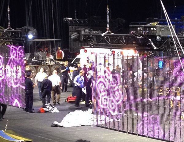 Imagem mostra equipes de emergência atendendo os artistas de circo feridos após queda. (Foto: Tara Griggs/AP Photo)
