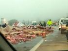 Caminhão carregado com latas de cerveja tomba em rodovia de Itatiba