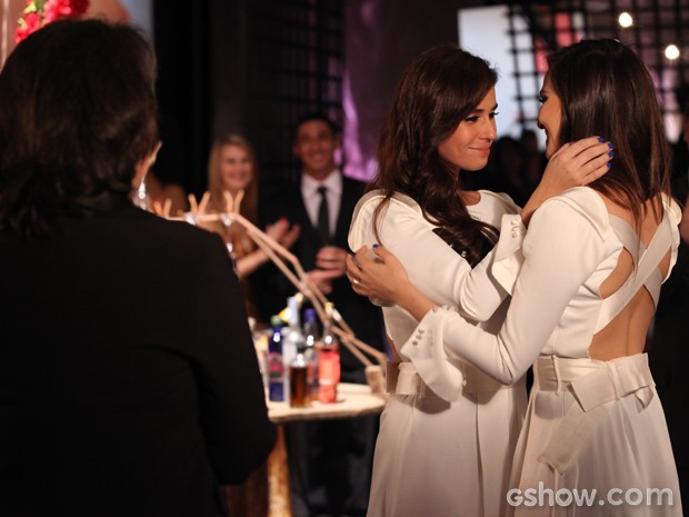 Clara e Marina comemoram o casamento (Foto: Pedro Curi/ TV Globo)