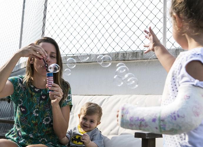 Dani brinca de fazer bolhas de sabão com Bento e Maria (Foto: Inácio Moraes/Gshow)