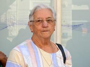 Idosa de 77 anos aguarda em fila de banco para receber aposentadoria em Piracicaba (Foto: Carol Giantomaso/G1)