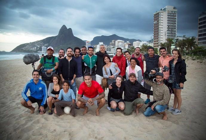 Guerrero com a equipe de produção na praia de Ipanema (Foto: Divulgação)