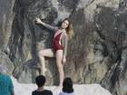 Letícia Spiller mostra elasticidade em ensaio de maiô na praia