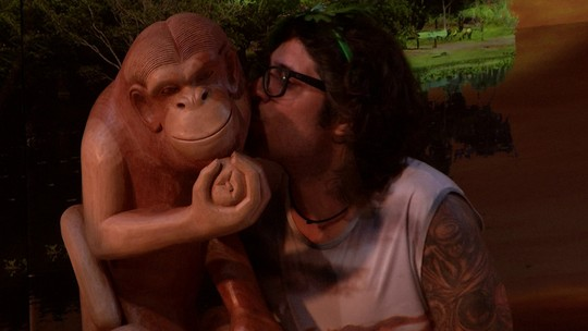 Ilmar se empolga e beija objeto decorativo da Festa Pantaneira