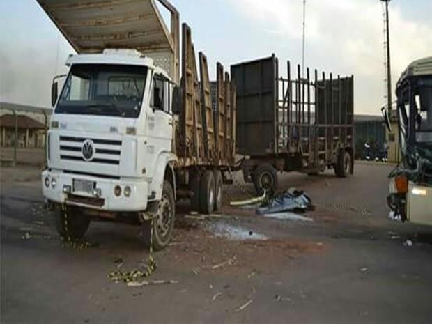 Caminhão e ônibus bateram em vicinal de Novo Horizonte (Foto: TEM VOCÊ)