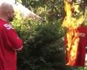 Após protesto durante hino, jogador tem camisa queimada por torcedores