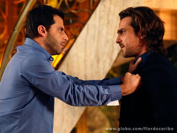 Cassiano avisa que Alberto não encosta mais um dedo em Samuca (Foto: Flor do Caribe / TV Globo)
